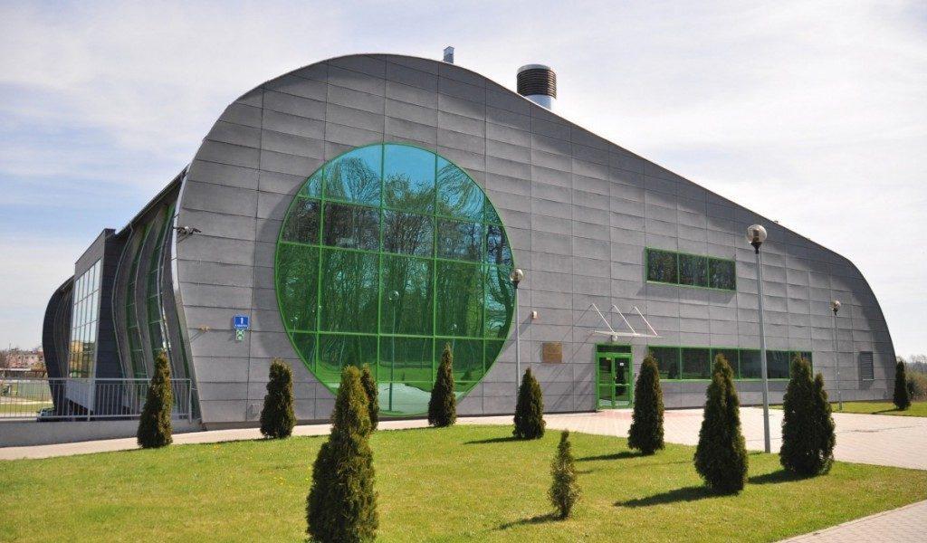 Zdjęcie budynku pływalni od strony wejścia głównego