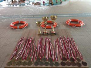 Zawody pływackie LUBIMY PŁYWAĆ - zdjęcie medali i pucharów