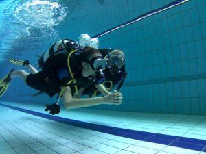 Zdjęcie nurków w basenie