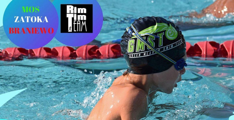 Zdjęcie płynącego chłopca w basenie