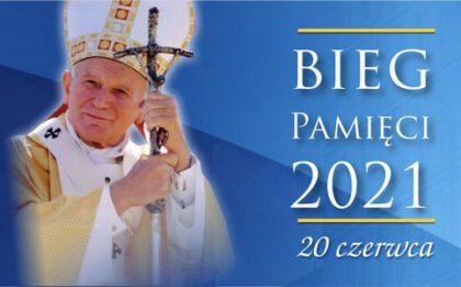 Baner ze zdjęcie Jana Pawła II Bieg Pamięci 2021 20 czerwca 2021