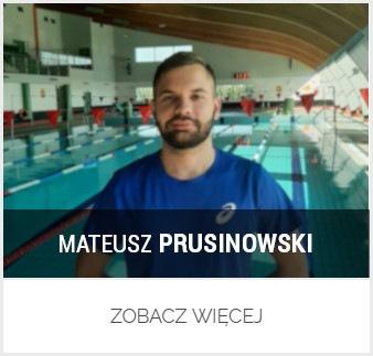 Zdjęcie instruktora Mateusza Prusinowskiego w tle hala basenowa