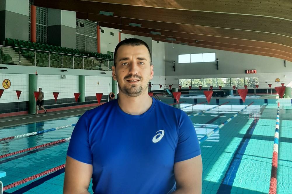 Zdjęcie instruktora Grzegorz Rogalskiego w tle hala basenowa