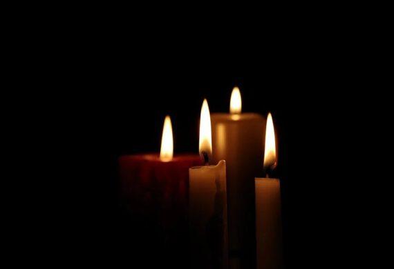 zdjęcie płonących świec na czarnym tle
